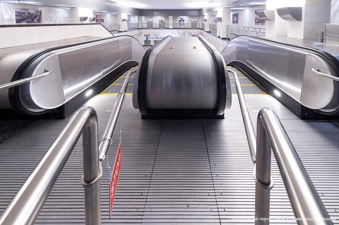 """""""Саларьево"""" - станция мелкого заложения. Она расположена на глубине всего 12 метров. Станция оборудована  четырьмя эскалаторами, которые связывают платформы и вестибюли, и четырьмя лифтами для маломобильных пассажиров"""
