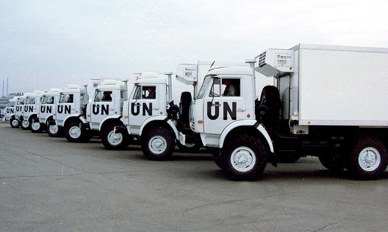 На фото: первая партия автомобилей для ООН, изготовленных на КамАЗе,1999