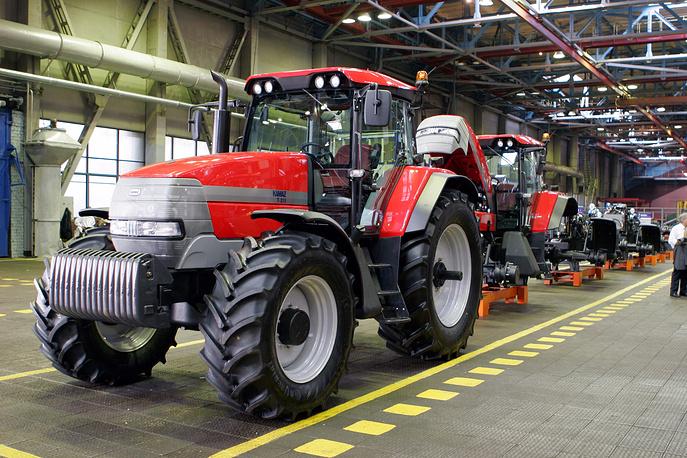"""На фото: сельскохозяйственные колесные трактора """"KAMAZ T-215"""" в сдаточном корпусе КамАЗ, 2008"""