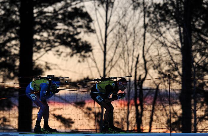 Российский спортсмен Семен Сучилов и немецкий спортсмен Филипп Хорн (слева направо) во время мужской гонки преследования на 12.5 км
