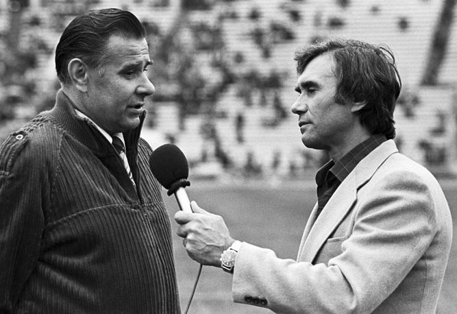 Победители чемпионата Европы-1960 Лев Яшин и Владимир Маслаченко перед началом товарищеского матча между сборными СССР и Дании, 12 июля 1980 года