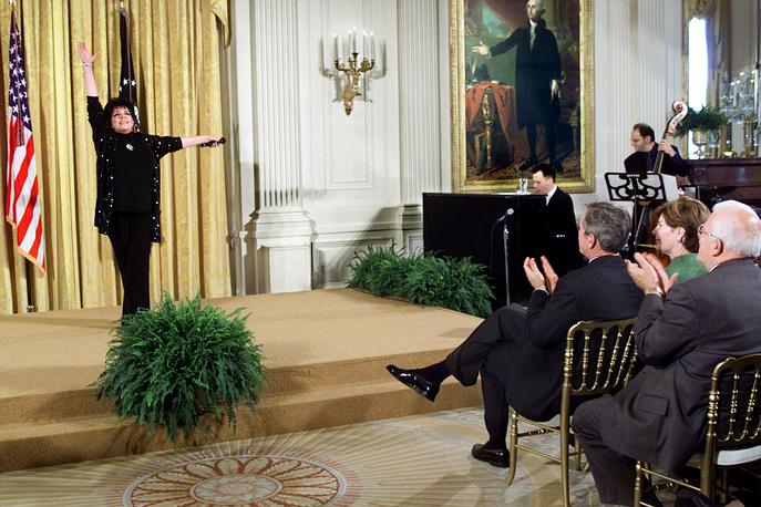 Лайза Миннелли исполняет песню New York, New York перед президентом США Джорджем Бушем-старшем и первой леди Лорой Буш в Белом доме, Вашингтон, октябрь 2001 года