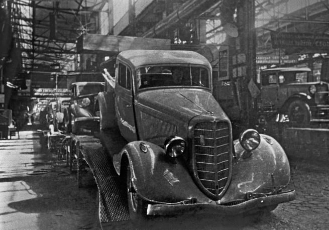 Планировалось, что М-1 станет советским вариантом Ford Model B 40A Fordor Sedan, однако данный автомобиль плохо подходил для эксплуатации в условиях СССР. На фото: ГАЗ-М1, на конвейере Горьковского автозавода, 1936 год