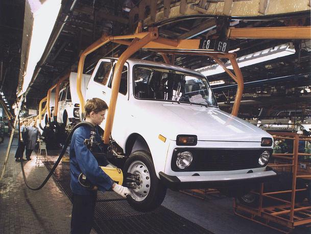 """Первой машиной """"АвтоВАЗа"""", не основанной полностью на Fiat 124, стал компактный трехдверный внедорожник с постоянным полным приводом ВАЗ-2121. На фото: сборка автомобиля """"Нива"""""""