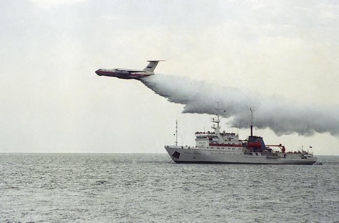 """Транспортный самолет Ил-76, предназначенный для спасения от пожаров, и судно """"Спасатель Прокопчик"""" во время учений. 1998 год"""
