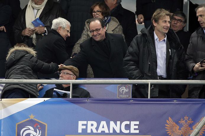 Президент Франции Франсуа Олланд на трибуне перед началом товарищеского матча
