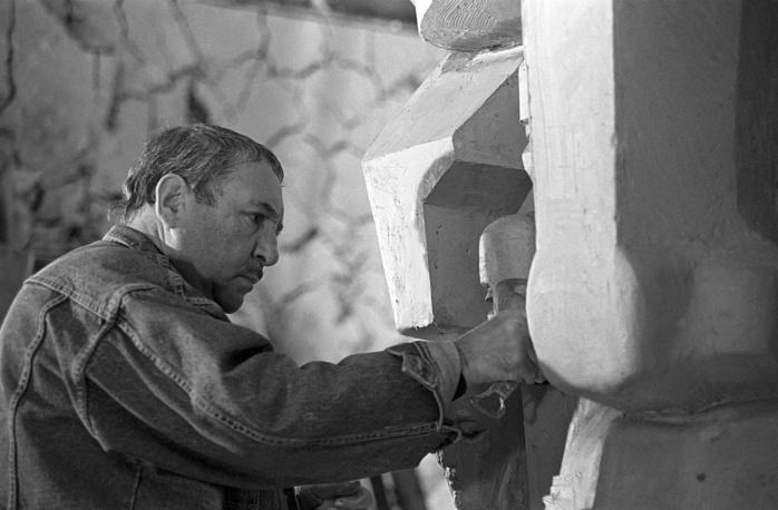 За работой над трехметровой копией памятника жертвам сталинских репрессий, 1990 год