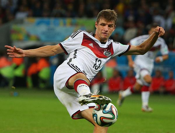 Томас Мюллер (Германия) - 10 голов. Участник чемпионатов мира 2010 и 2014 годов. Чемпион мира-2014. На его счету по пять точных ударов на турнирах в ЮАР и Бразилии. Ближайший из действующих футболистов, способных обновит рекорд Клозе