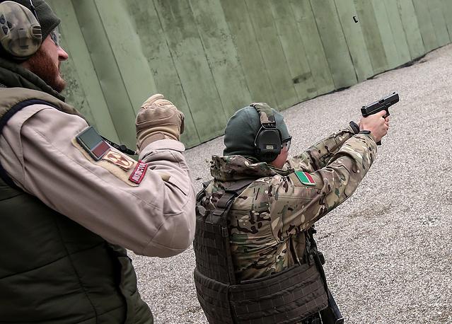 Инструктор с бойцом во время занятий по стрелковой и тактической подготовке