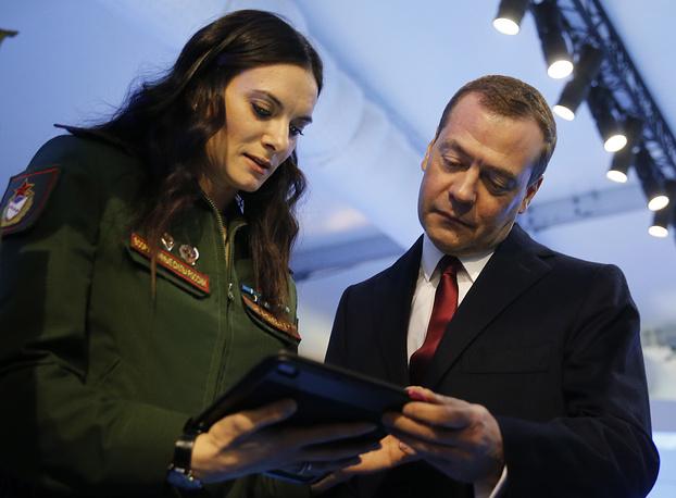 Официальный посол III зимних Всемирных военных игр Елена Исинбаева и премьер-министр РФ Дмитрий Медведев перед началом церемонии открытия Игр