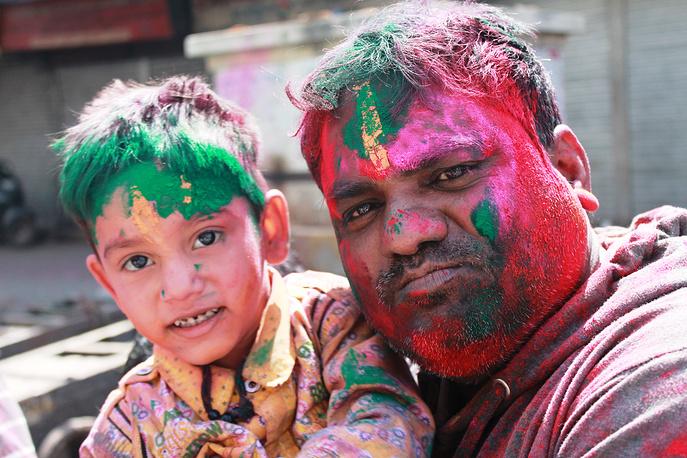 Отец с сыном на празднике красок в Дели