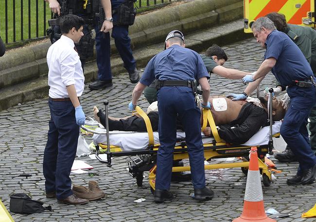 Медицинский персонал оказывает помощь одному из нападавших, Лондон, 22 марта