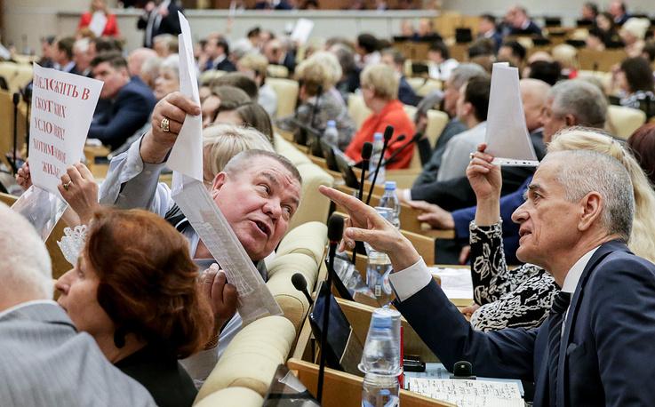 Первый заместитель председателя комитета Госдумы РФ по образованию и науке Геннадий Онищенко (справа)