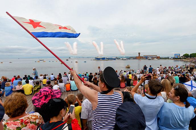 Зрители во время парада кораблей в акватории Амурского залива, Владивосток