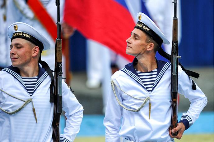Военнослужащие во время парада кораблей в акватории Амурского залива, Владивосток