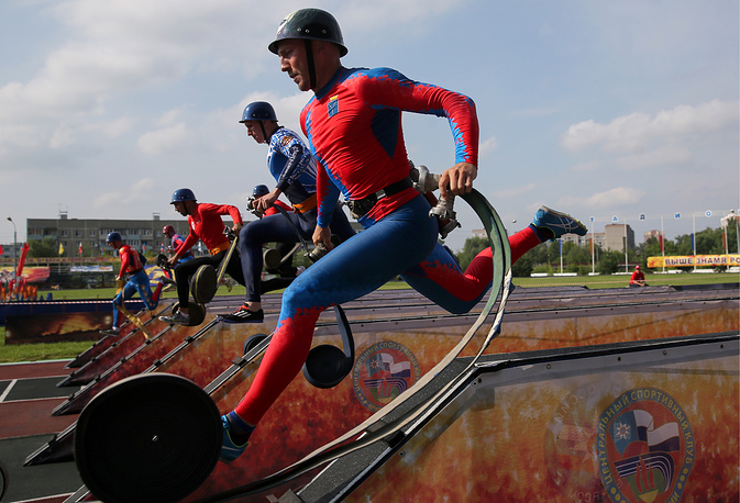 Преодоление 100-метровой полосы с препятствиями на XXVI чемпионате России по пожарно-спасательному спорту в Подольске