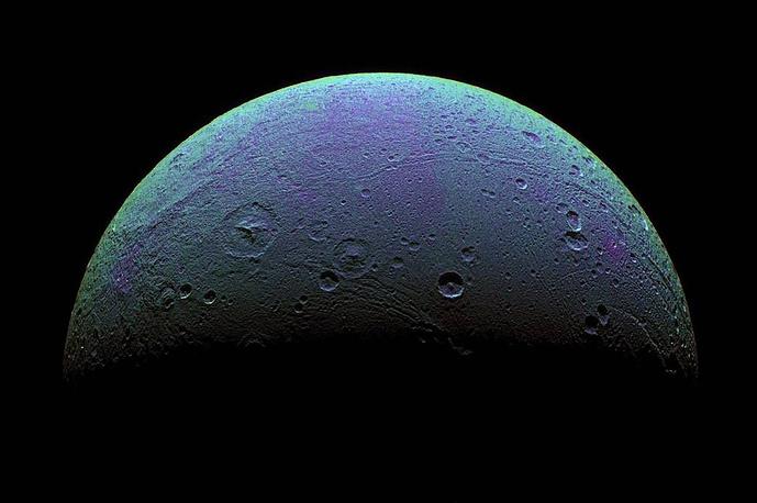 Диона, ледяной спутник Сатурна. Снимки, сделанные Cassini, позволили ученым предположить, что под его поверхностью может находится океан