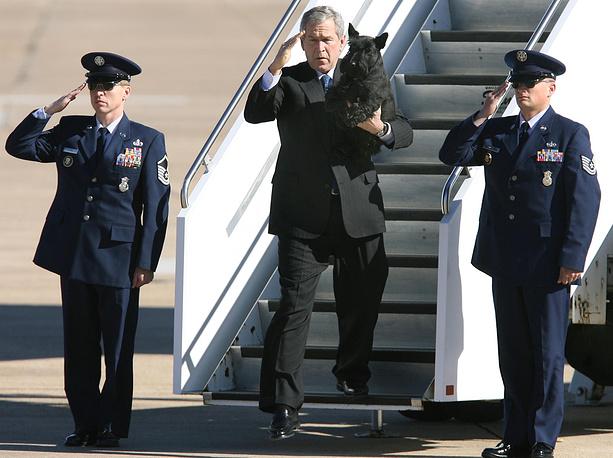 Президент США Джордж Буш-младший спускается по трапу со своей собакой Барни, прилетев на свое ранчо в Кроуфорде. 2006 год