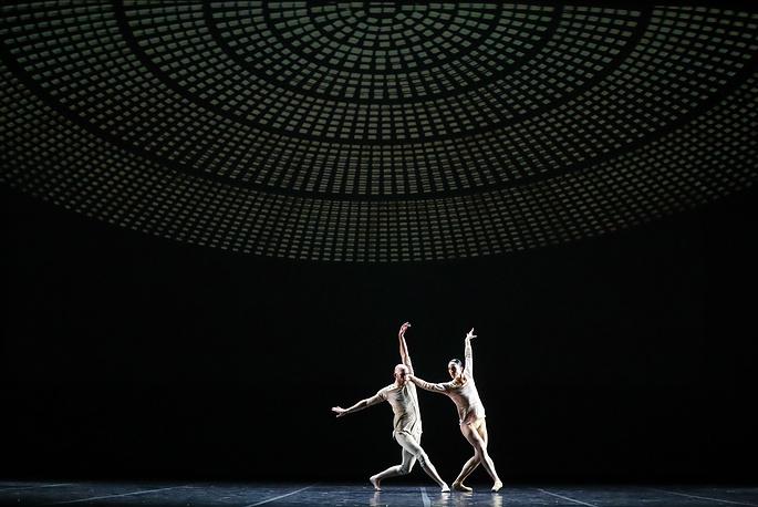 """Танцоры Дрю Джейкоби и Мэтт Фоли в постановке """"Я полюблю тебя"""" хореографа Сиди Ларби Шеркауи"""