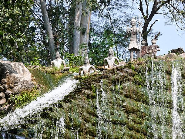 Рукотворный водопад на бывшем пустыре