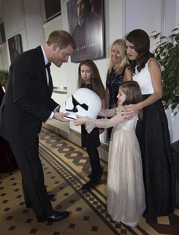 Принц Гарри вручает шлем 8-летней Элоизе Лернер