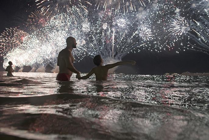 На пляже Копакабана в Рио-де-Жанейро, Бразилия
