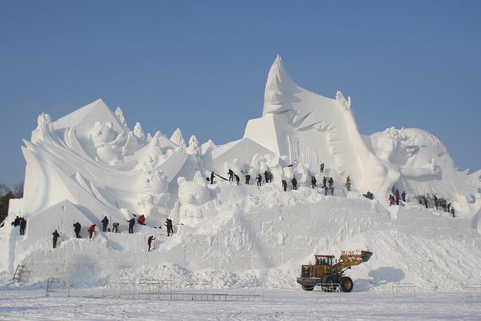 Строительство гигантской (длина – 100 метров, высота – 35) снежной скульптуры, посвященной Олимпийским играм в Пхенчхане