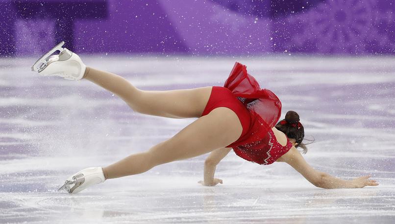 Ким Кьюен из Южной Кореи падает во время выступления с партнером Чэном Алексом Кангом в короткой программе парного фигурного катания