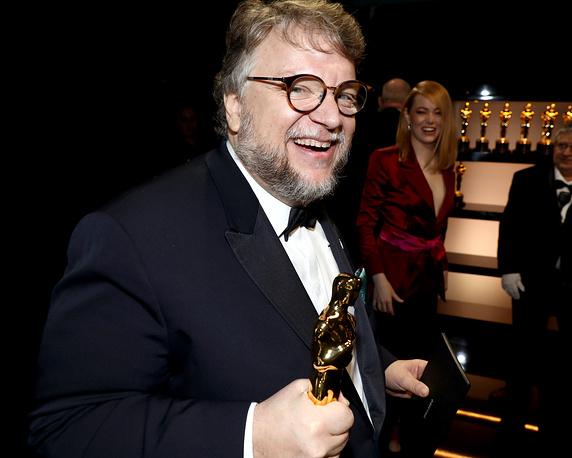 """Гильермо дель Торо, получивший статуэтки в номинациях """"Лучший режиссер"""" и """"Лучший фильм"""""""