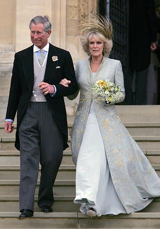 Британский принц Чарльз со своей второй супругой герцогиней Корнуольской Камиллой после гражданской церемонии бракосочетания в Виндзоре, 9 апреля 2005 года