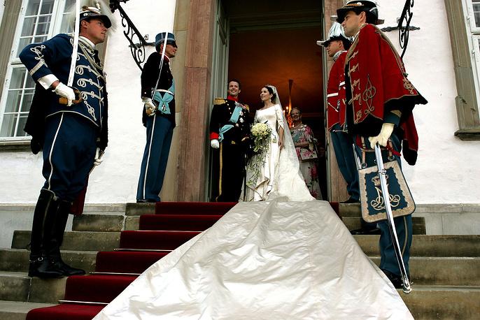 Кронпринц Дании Фредерик с принцессой Мэри (урожденной Мэри Элизабет Дональдсон) перед свадебным банкетом во дворце Фреденсборг рядом с Копенгагеном, 14 мая 2004 года