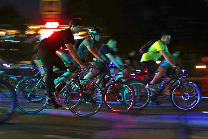 Старт участников ночного велопарада