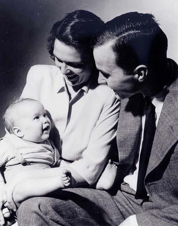 С супругой Барбарой Буш и сыном Джорджем, 1947 год