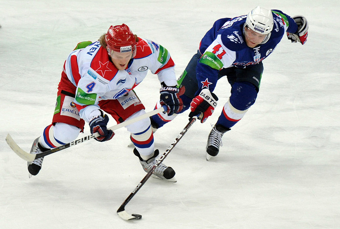 Сергеев (ЦСКА, слева) и Торесен (СКА)