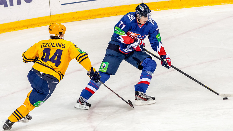 Евгений Малкин (справа) в матче КХЛ