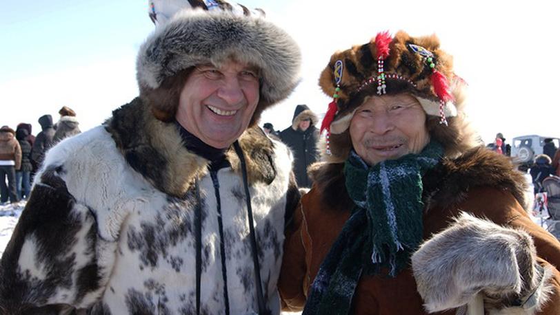 Губернатор Магаданской области Николай Дудов с оленеводом