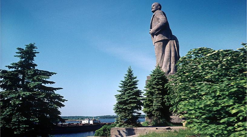 Памятник Ленину в г. Дубна у входа в шлюз №1 канала им. Москвы. Высота вместе с постаментом 37 м.