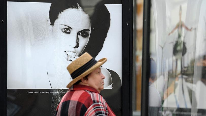 Посетительница у портрета актрисы Элисон Бри