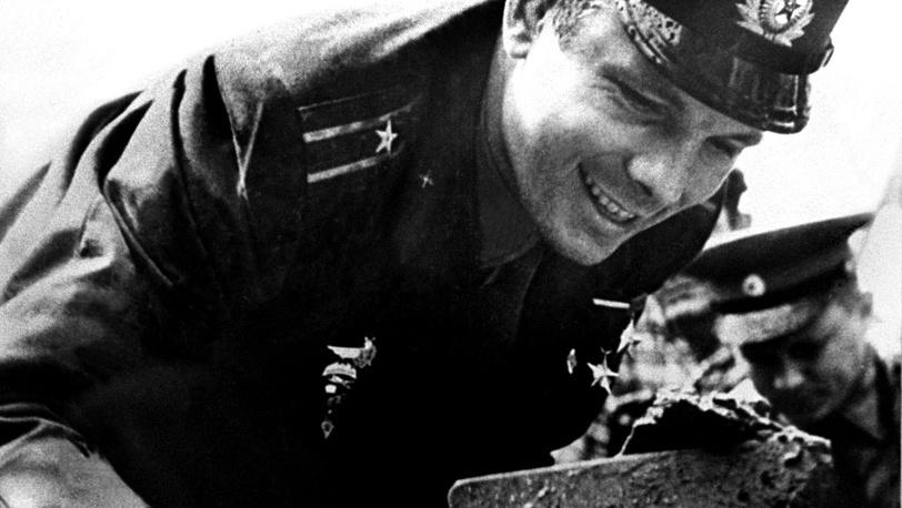 Юрий Гагарин в момент закладки первого камня в фундамент Музея истории космонавтики. 1961 год
