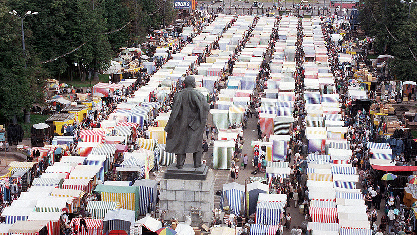 Рынок на территории Лужников. 1997 год. Фото ИТАР-ТАСС/Борис Кавашкин