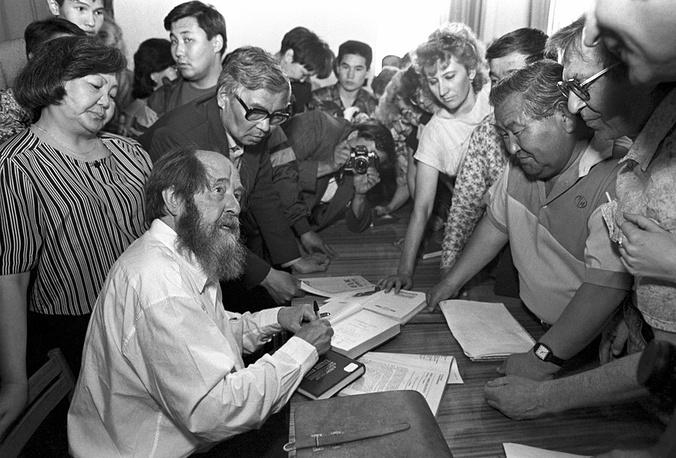 Встреча с читателями в Улан-Удэ. 1994 год. Фото ИТАР-ТАСС/Владимир Матвиевский