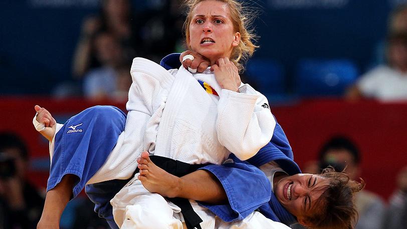 Сара Менезес из Бразилии (в голубом) стала чемпионкой дзюдо