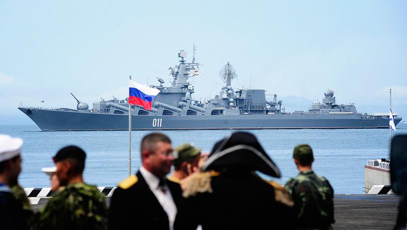 """Бронепалубный крейсер """"Варяг"""" во время парада кораблей"""
