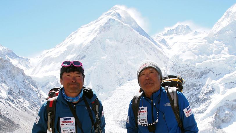 Во время восхождения, слева его сын Гото