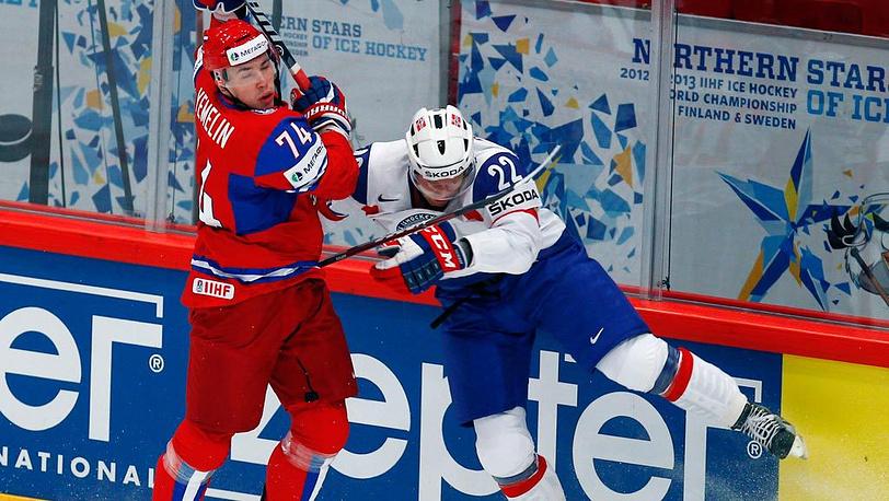 Игроки сборных России Алексей Емелин и Норвегии Мартин Роймар (слева направо) в матче ЧМ по хоккею: Россия - Норвегия