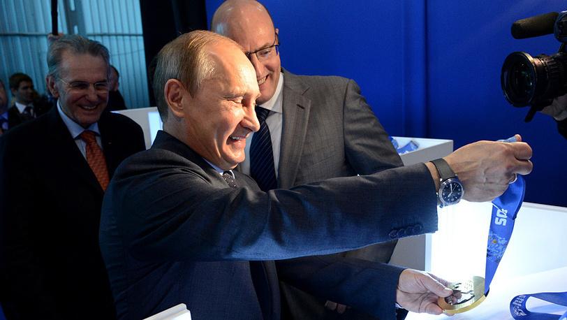 Владимир Путин ознакомился с комплектом медалей