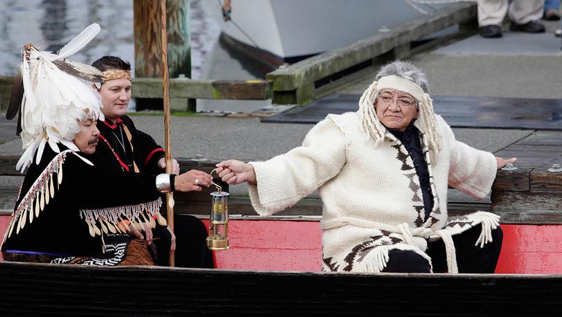 В каждой стране стараются встречать Олимпийский огонь в национальных костюмах. Канада, 2010