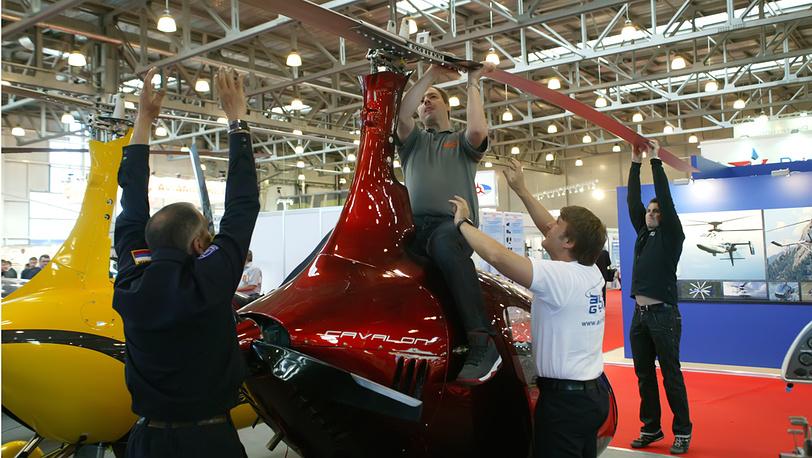"""Установка воздушного винта на гироплан (автожир) """"Чижик"""" на выставке HeliRussia-2012"""