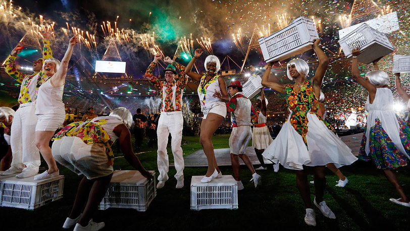 "Представители Бразилии ""зажгли"" танцами стадион"