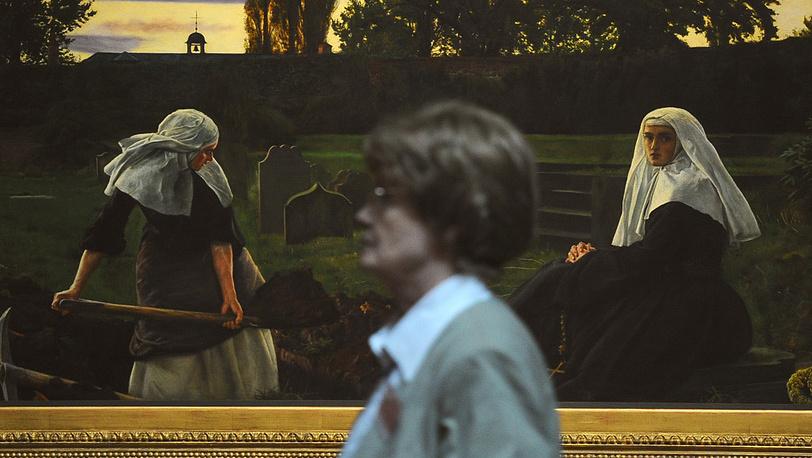 """Посетительница у картины Джона Эверетта Миллеса """"Долина вечного покоя"""""""